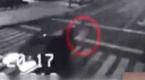 诡异:监拍女子过马路 汽车直接穿体