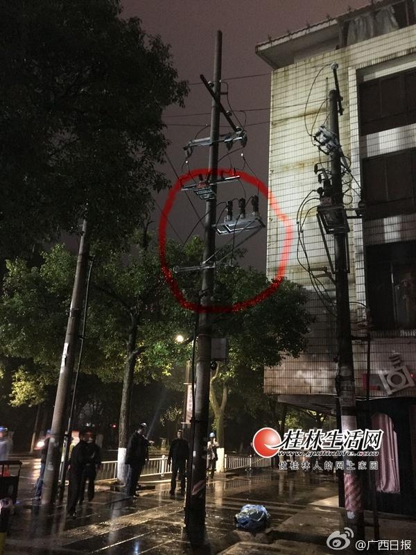 男子倒挂电线杆支架身亡 目击者:自己爬上去的