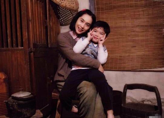 45岁朱茵扮村妇 穿粗布麻衣仍似少女(图)