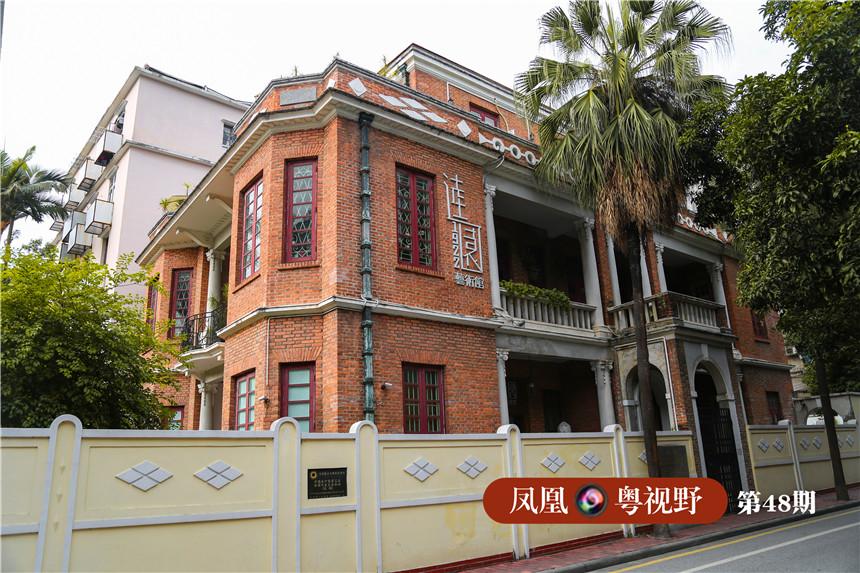 逵园建于1922年,由美国华侨马灼文所建。历经80多年,这栋高三层、钢筋混凝土结构的房子,外墙红砖依然保存完好。首层、二层的仿希腊式柱,重新进行了粉刷。