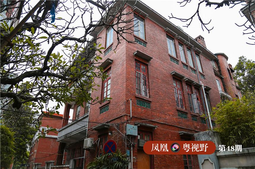 民国时期建造的这些旧房子,因多为华侨兴建,有一种东西混搭的独特风格,它们一般单家独院,高两三层,红砖清水墙,具有典雅的西式风格的柱廊。
