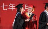 女大学生毕业礼上成功亲吻校长 然后…