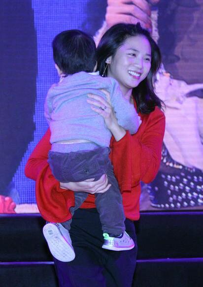 快女黄英抱儿子出席活动 身后的江映蓉也被抢了风头