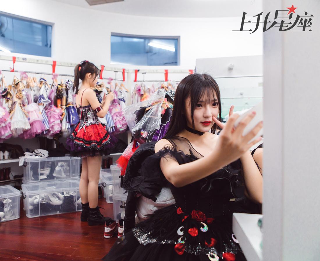 """基于""""预备艺人""""的本质,BEJ48的姑娘们和粉丝们把登上正式舞台的机会戏称为""""出村""""。除了固定公演、自制综艺等平台,成员们也会定期把生活照、自拍发到社交平台,积攒人气,提高出镜率。"""