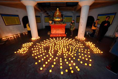东林祖庭举行佛陀成道日供灯法会图片