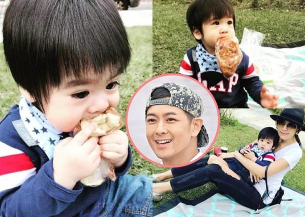 林志颖小儿子吃面包 咬塑料袋求助的样子超萌