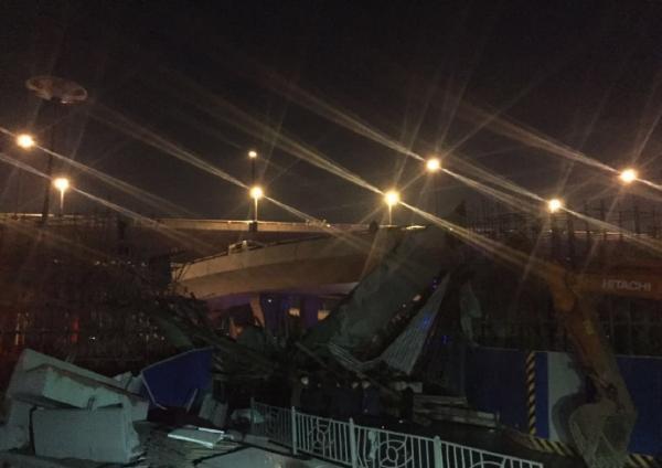 郑州:拆高架桥时坍塌致1死8伤 死者家属爬铲车(图)