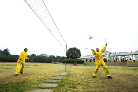 花式空竹竞技赛,空中抛接对垒。花式空竹竞技赛,空中抛接对垒。
