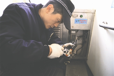 鹏主要负责维修火车厕所的集便器-火车上的大学生 掏粪工 天天用碘