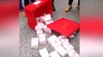 广东一运钞车飘下200万钞票 路人反应是这样