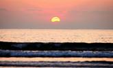 寒冬金沙滩海上日出温暖烂漫