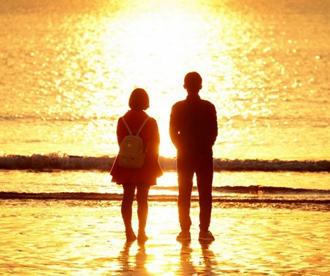 爱在黎明破晓时 寒冬金沙滩海上日出温暖烂漫