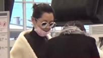 黑白控?  许晴时尚黑白配现身香港机场