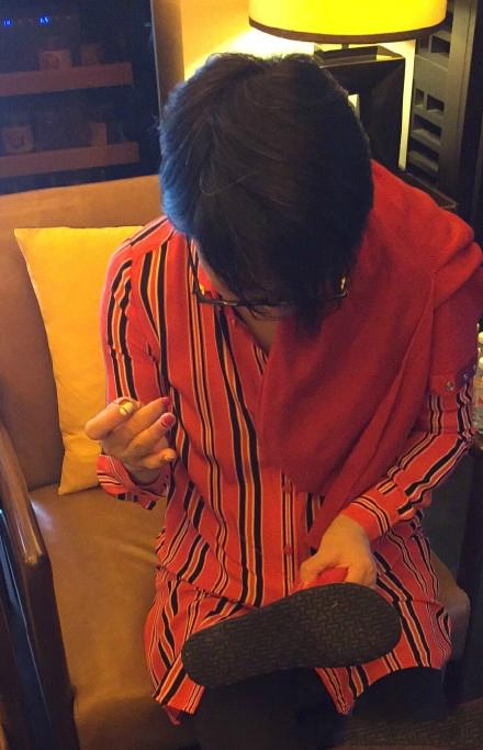 毛阿敏过年缝拖鞋 网友夸上海女人持家