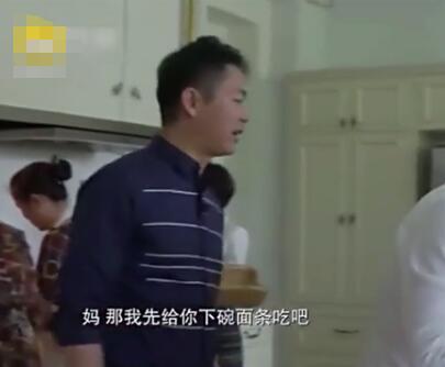 刘强东为母亲下长寿面 奶茶妹妹:在家都是他做饭
