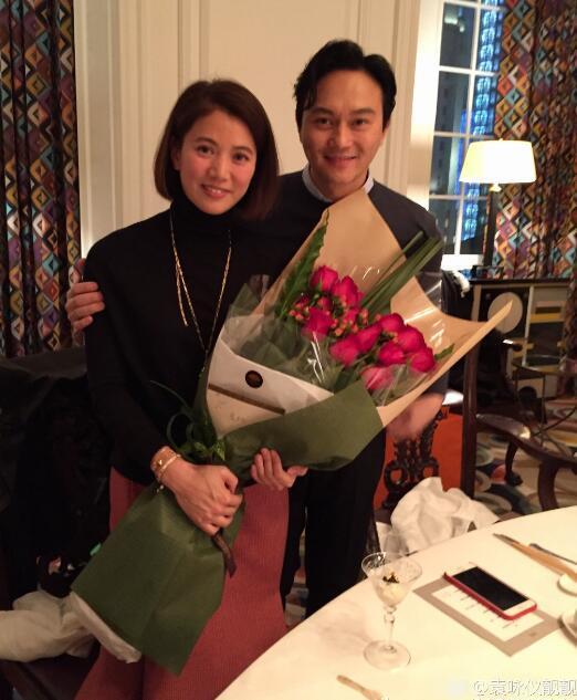 红酒+玫瑰!张智霖与袁咏仪庆祝结婚16年