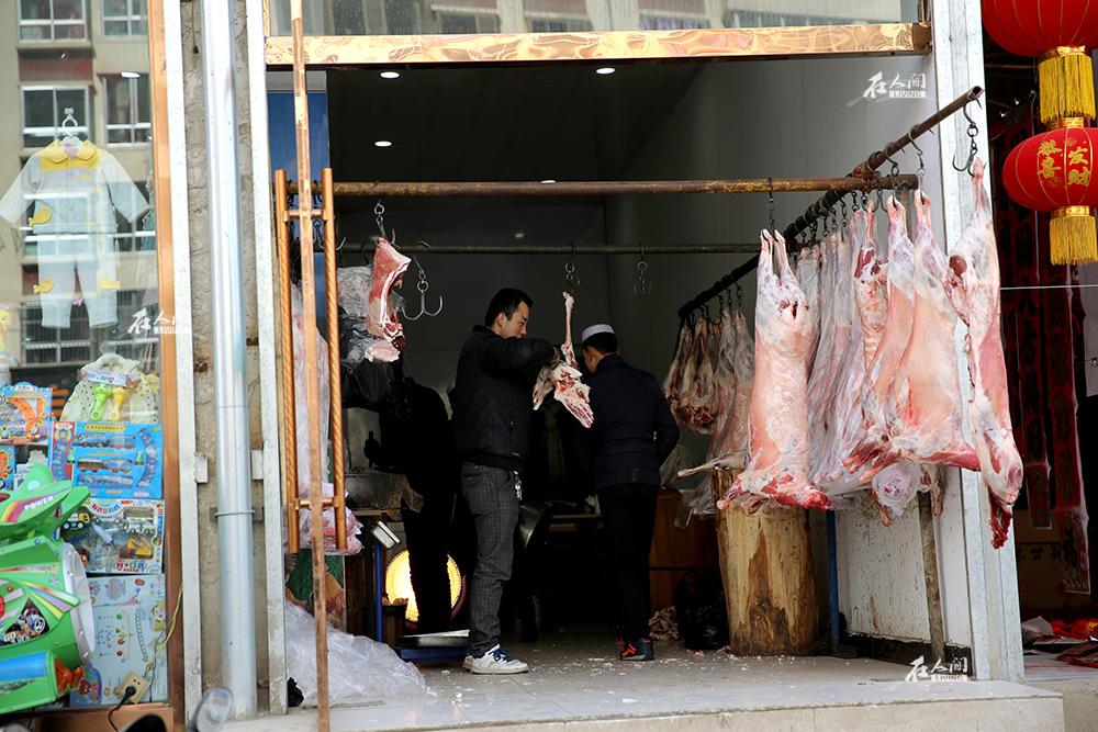 作为一个回族自治州,少数民族人口占到临夏总人口的59.2%。在春节这个传统的汉族节日,回族同胞卖牛羊肉的生意也很不错。