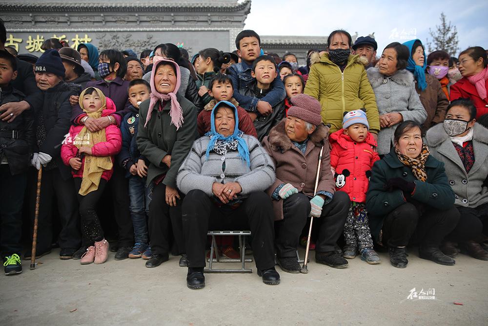 秧歌队伍玩得起劲,围观群众也热闹非常。