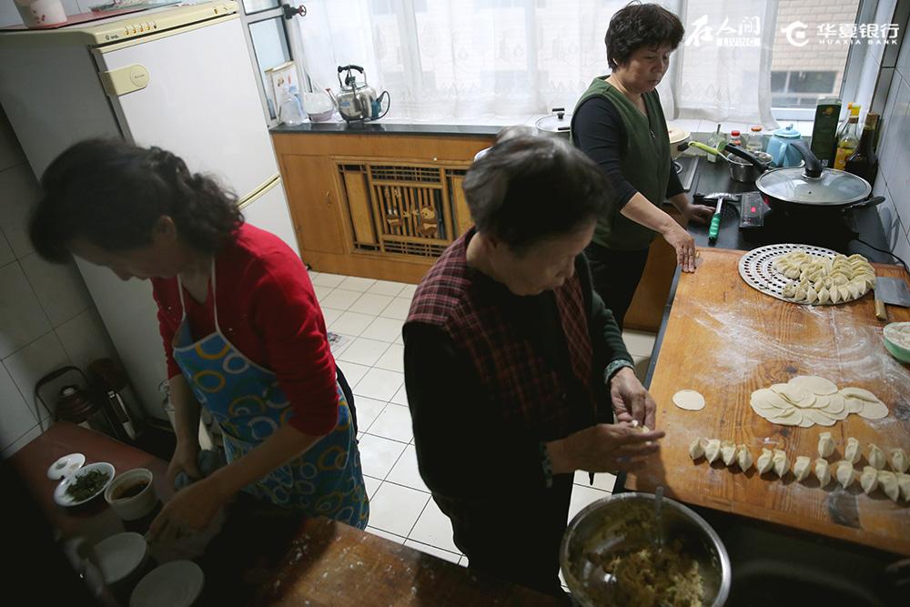 临行回京前,奶奶执意要包一次饺子给我吃。老人总念叨着,好不容易回一次家,多吃点外边吃不到的,家里的好吃的。