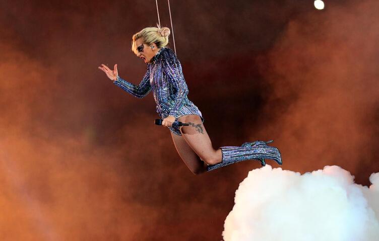 美国春晚超级碗 LadyGaga中场秀从天而降