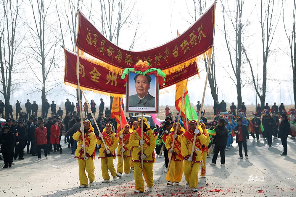 瞧,秧歌来了!地方农村组织的秧歌活动,都会将毛主席画像举在队伍前面。