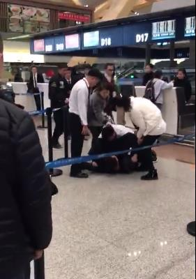 航班延误,昆明机场乘客与工作人员扭打在一起_广州