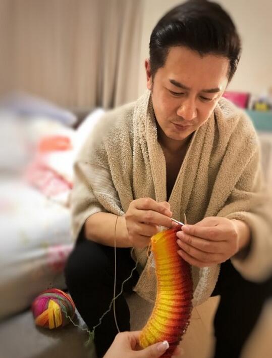 陈浩民情人节织毛衣 娇妻:送你两卷线