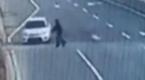 监拍男子机动车道逆行骑车 被撞飞旋转180度