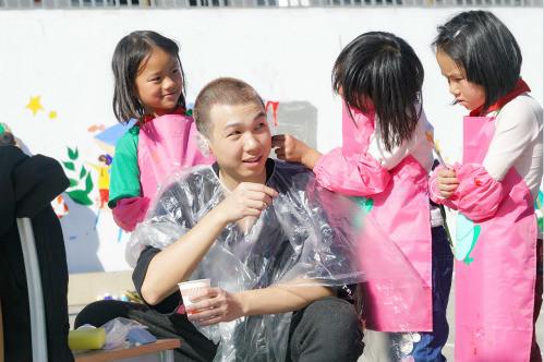 超耿直!白举纲为满足孩子心愿 剃白发染黑发