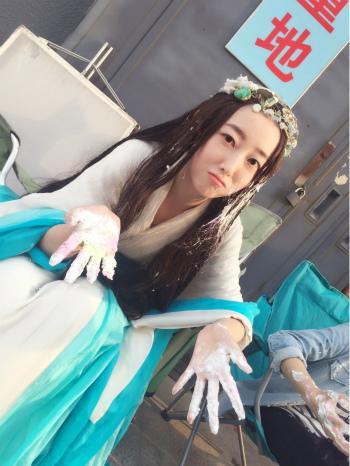蒋梦婕晒精灵耳自拍 手沾面粉嘟嘴卖萌(图)