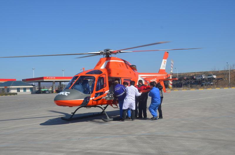 陕西救援直升飞机降高速服务区成功抢救一名患者