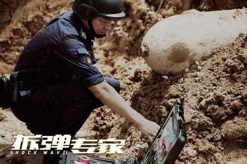 刘德华拍戏穿36斤铅服上阵 受伤无缘宣传活动