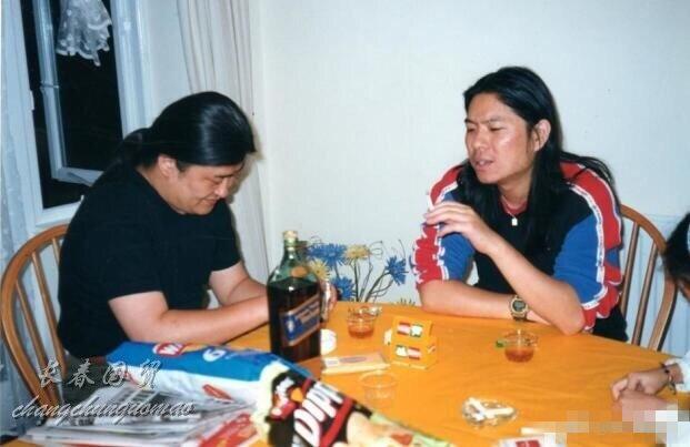 高晓松与刘欢青涩合影罕见曝光 年轻时的他们长这样