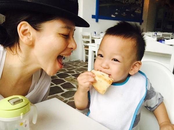 徐若瑄称儿子最爱玩冰球 一岁半双脚力气大