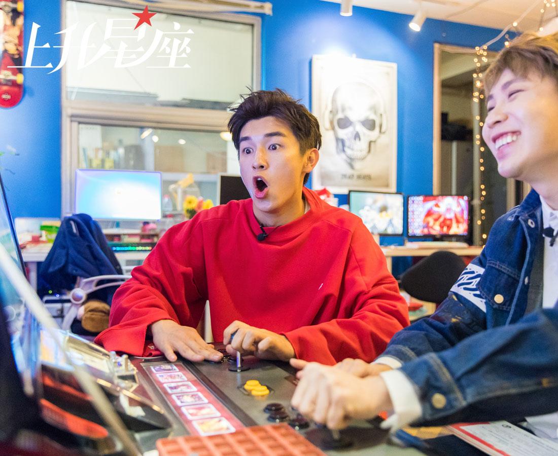 """杨旭文选择了《拳皇97》,这是他第一次玩这种复古的游戏机,但手速之快有如神助……杨旭文嘴上说着不在乎输赢,可看到""""KO""""俩字还是傲娇地笑了。"""