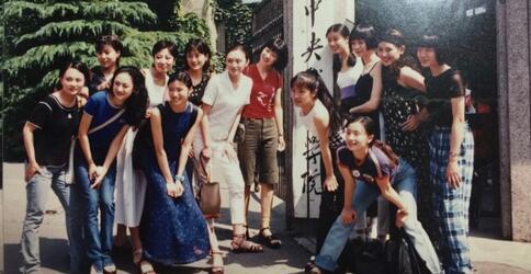 龚蓓苾晒大学时青葱旧照 竟和小陶虹是同学
