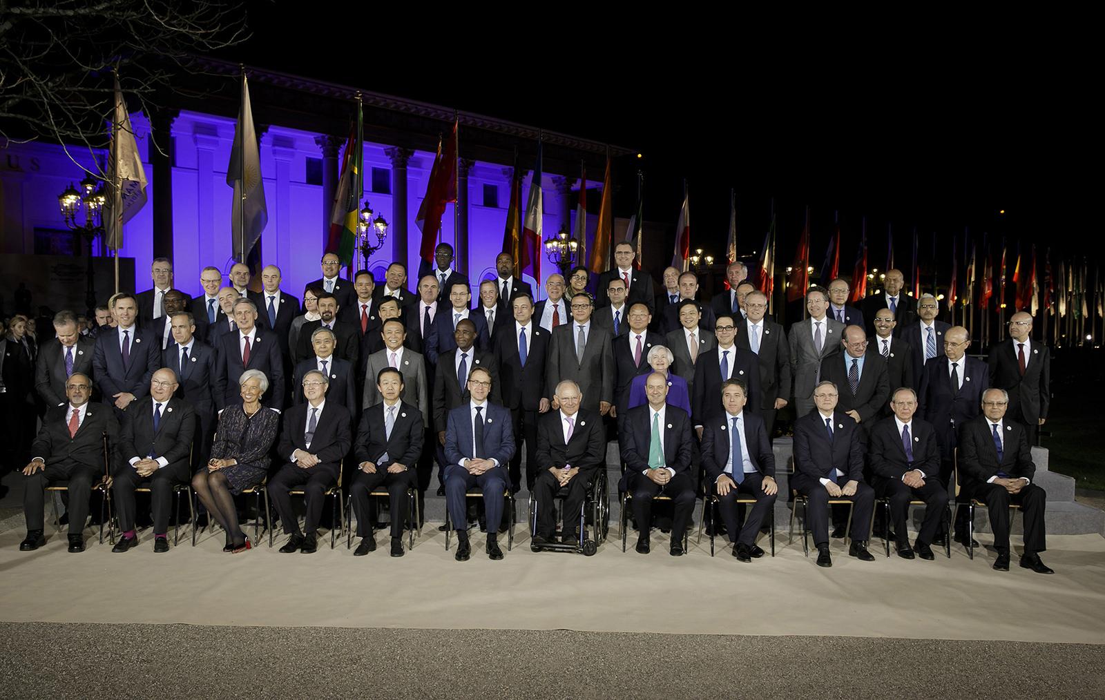 G20财长会大合影:麻生第一个跑来找座位 结果站着