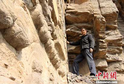"""摩崖造像守护人30年默默坚守 希望守护的""""接力棒""""传下去"""