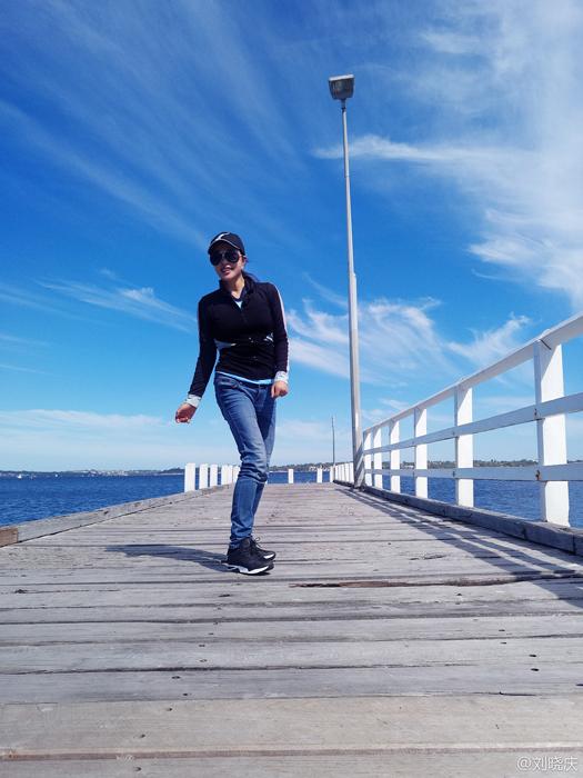 62岁刘晓庆澳洲海边漫步 傲人身材比美景更抢镜