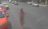 疑泰国大街现女子裸奔 胸前晃动引路人拍摄