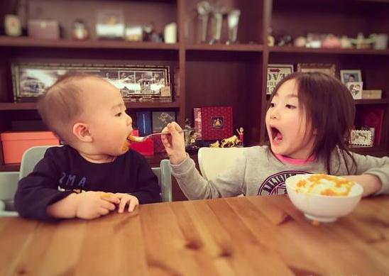 李小鹏女儿奥莉喂弟弟吃饭 张大嘴的样子萌翻了(图)