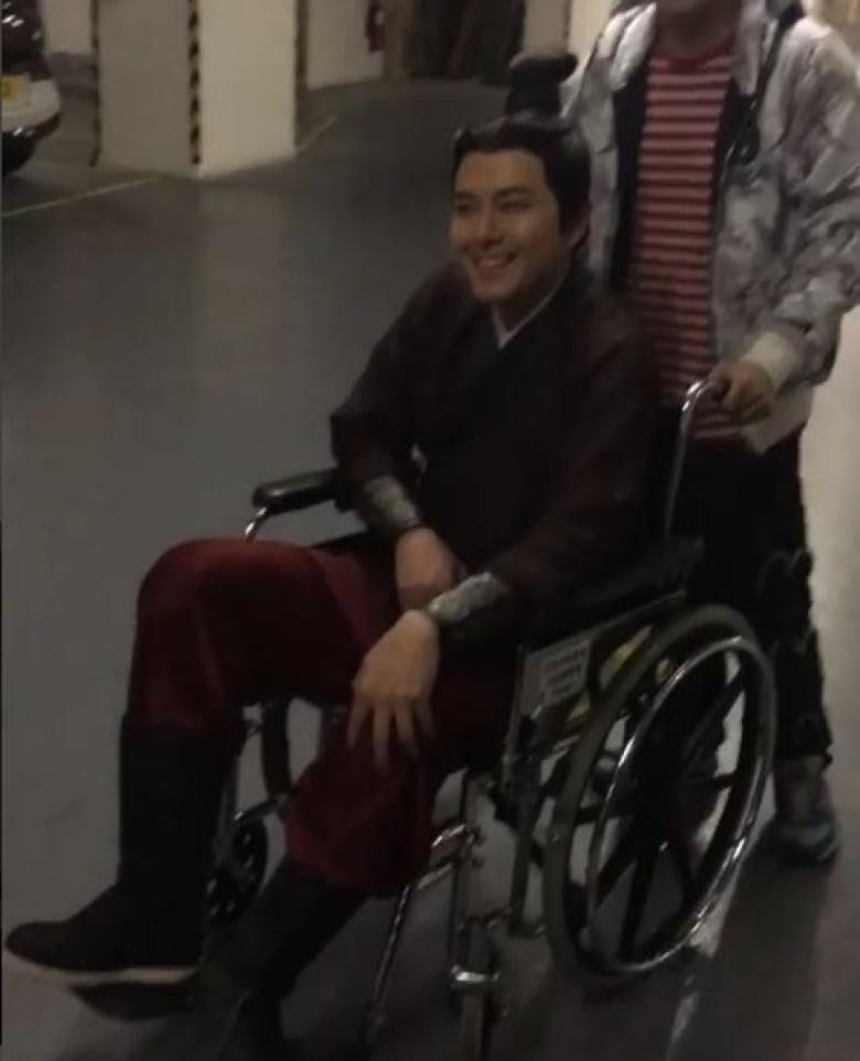 40岁生日住院!萧正楠拍戏受伤坐轮椅(图)
