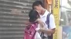 实拍男女学生街头背着书包热吻 无视过往路人