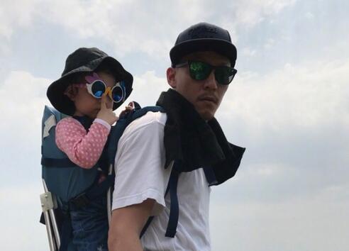 张震爬山大展爸爸力 网友:宠闺女的时候最帅