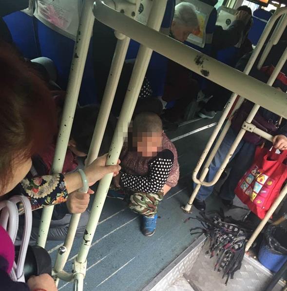 男子每天带儿子到公交车上大便(图)