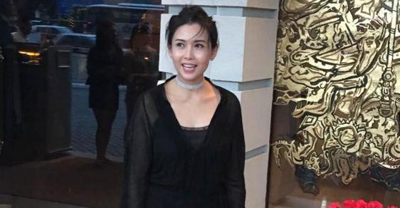 邱淑贞现身郭富城婚礼 48岁的她优雅性感