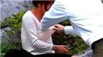 监控:男子当街袭胸 被呵斥后一把将女子推倒