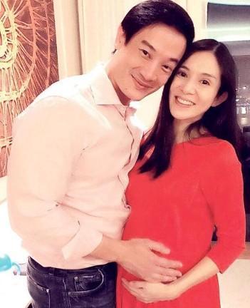 42岁杨采妮双胞胎儿子已满月 哥哥像爸弟弟像妈