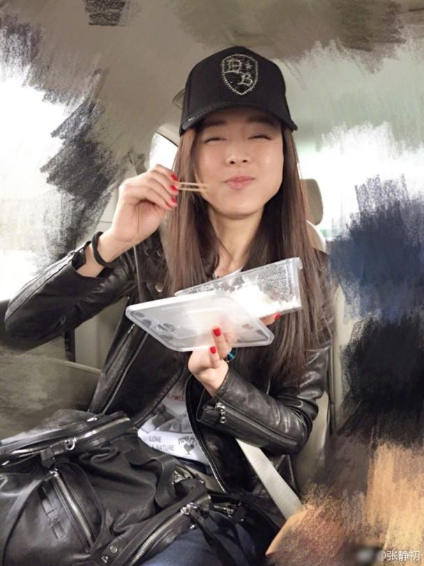张静初吃外卖没筷子 拿两根牙签吃得美滋滋