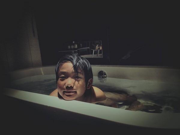 曹格晒8岁儿出浴照 头发微湿+眼神迷蒙帅飘男人味